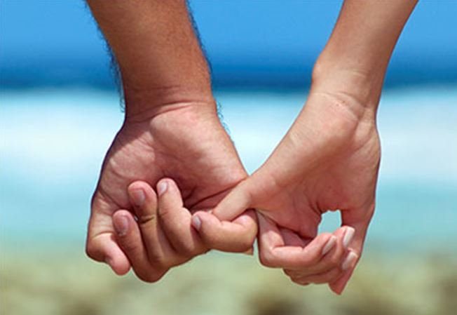Couple_holding_fingers